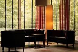 fenêtres avec des rideaux ou des stores